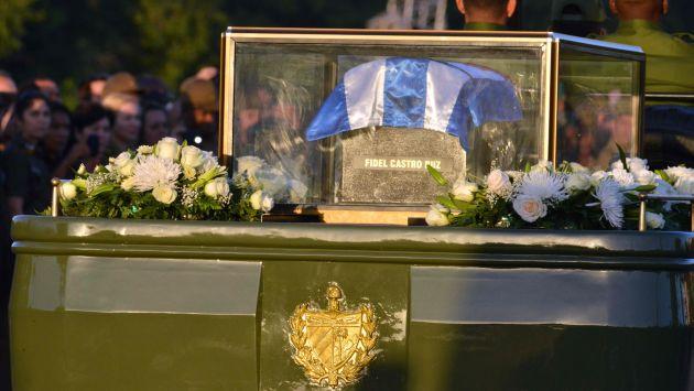 Envuelta en una bandera de Cuba, la urna, con las cenizas de Fidel Castro, está siendo llevado a Santiago de Cuba. (AFP)