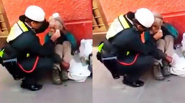 Buscan a la policía que limpió el rostro y alimentó a un anciano mendigo en Huánuco. (Policía Chévere)