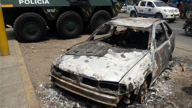 Varios desmanes se produjeron e Huaycán. Entre ellos, un vehículo fue incinerado. (Óscar Flores/Perú21)
