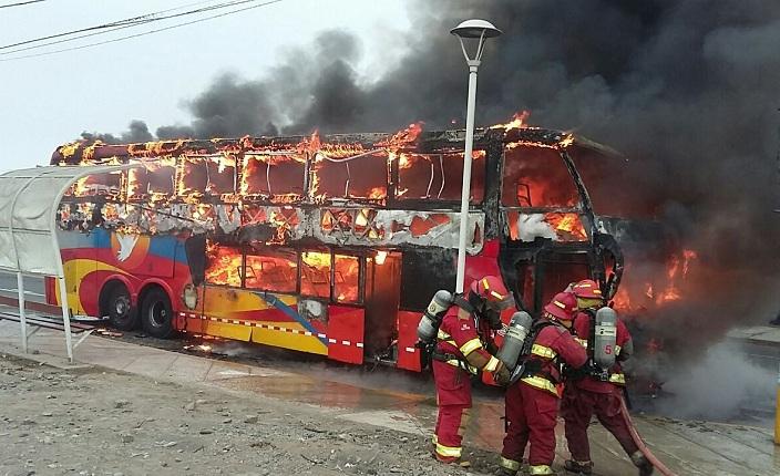 Ómnibus interprovincial que se dirigía a Chiclayo terminó calcinado a la altura del kilómetro 201 de la carretera Panamericana Norte. (América TV)