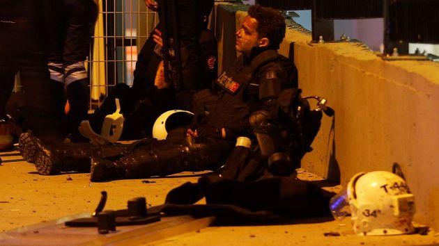 20 policías murieron en el atentado al estadio de fútbol en Estambul. (AFP)
