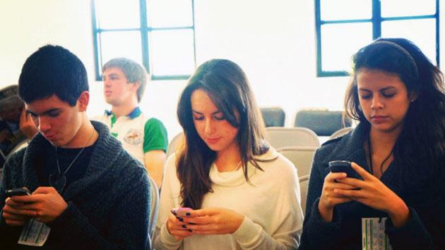 Los 'millenials' con el smartphone en la mano. (Andina / Referencial)