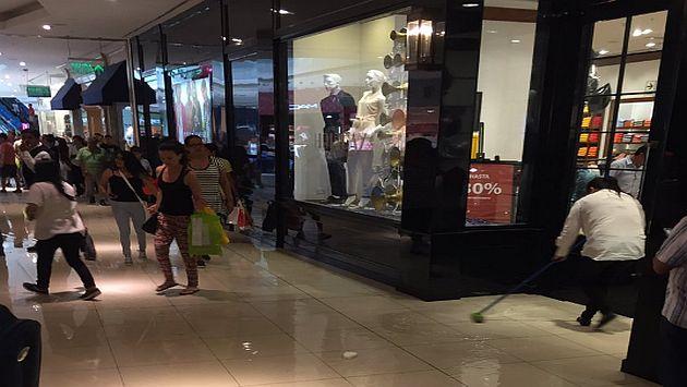 Visitantes del centro comercial reportaron el hecho a través de las redes sociales.(Twitter)