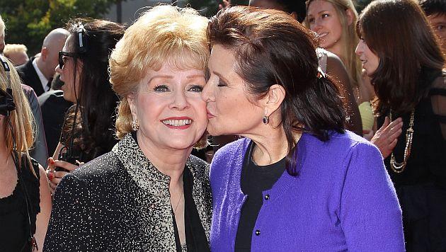 Carrie Fisher y Debbie Reynolds fueron homenajeadas en los Globos de Oro 2017. (AFP)