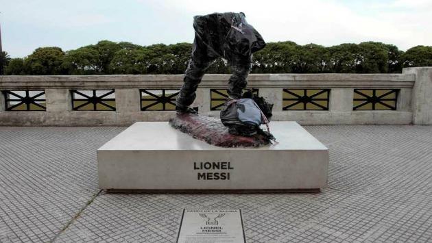Así terminó la estatua del argentina Lionel Messi. (Foto: DPA)