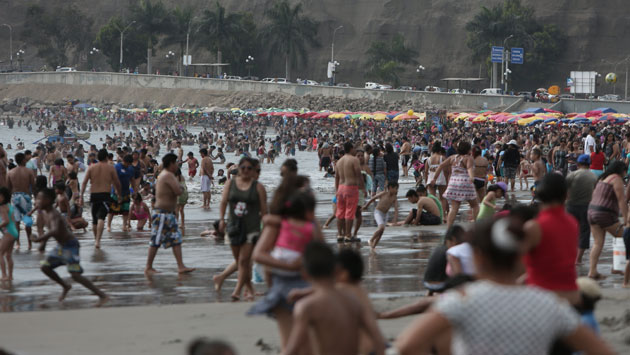 Limeños en Agua Dulce al iniciar el verano 2017. (Anthony Niño de Guzmán)