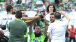 Sobrevivientes del Chapecoense levantaron la Copa Sudamericana en emotivo homenaje a sus compañeros - Noticias de accidente