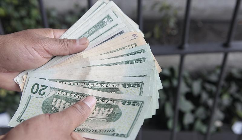 El tipo de cambio del dólar en el mercado paralelo se situó en S/3.29 en la tarde (USI)