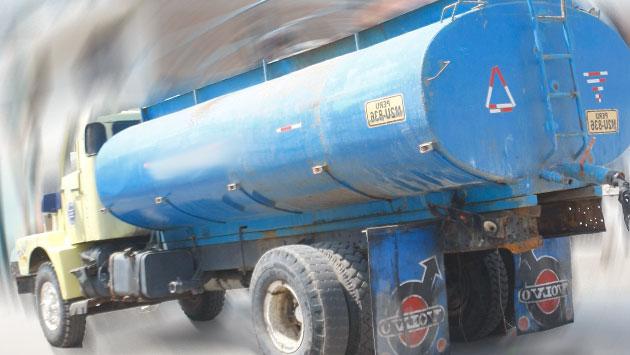 Chofer quedó ileso tras volcadura de camión cisterna. (USI / Referencial)