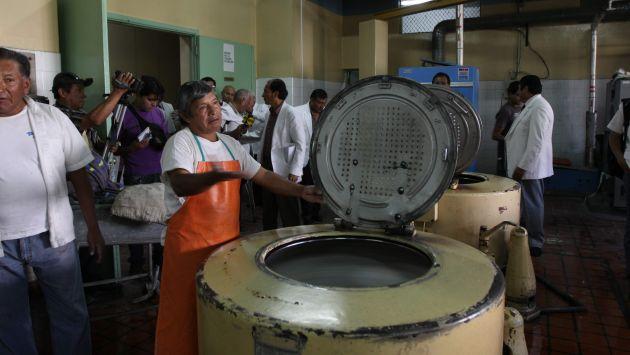 El cuerpo del bebé fue introducido a una de las máquinas de lavado del hospital Honorio Delgado. (Difusión)
