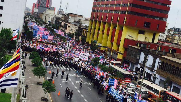 manifestación realizó plantón a las afueras del Congreso. (Twitter/ @Urpi777Peru )