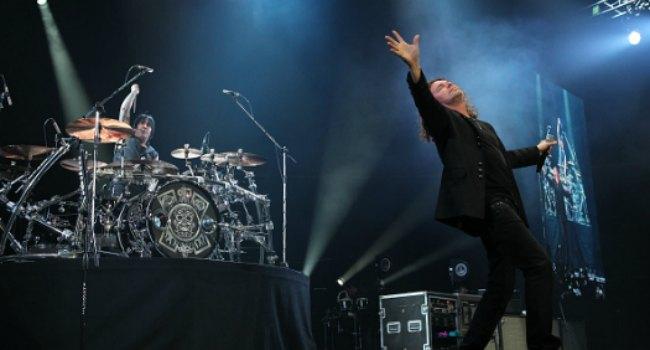 El cantante agradeció al público el respaldo que le ha dado a la banda durante todos estos años.
