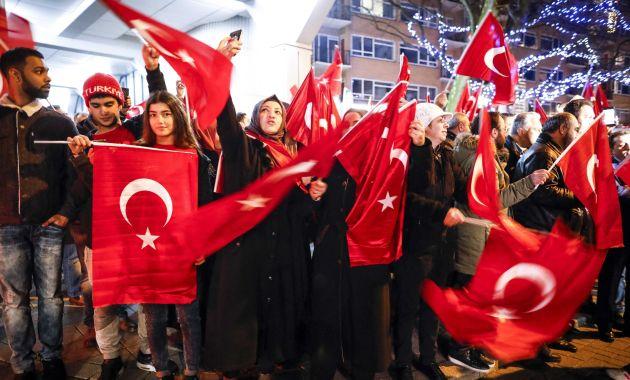 Incidentes entre Holanda y Turquía provocaron también protestas en las calles de Róterdam. (EFE)