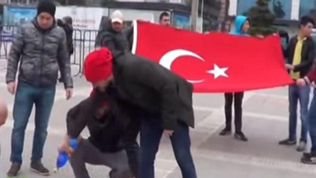 Manifestantes turcos queman la bandera de Francia en vez de la holandesa [Video]. (Captura)