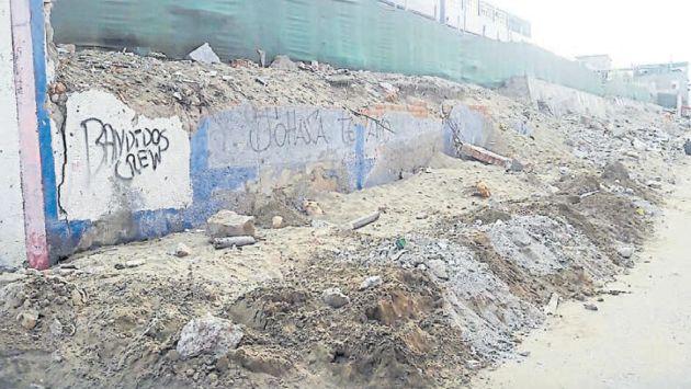 Abandono. Muro de colegio Andrés Avelino Cáceres de San Juan de Miraflores luce así hace meses. (Piko Tamashiro)