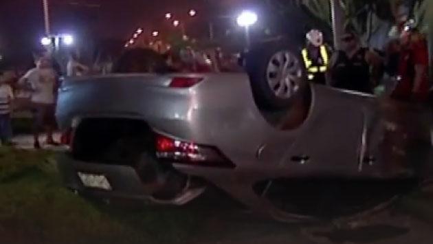 El auto del sujeto se volcó y él huyó hacia el acantilado de la Costa Verde. (Foto: Captura de pantalla)