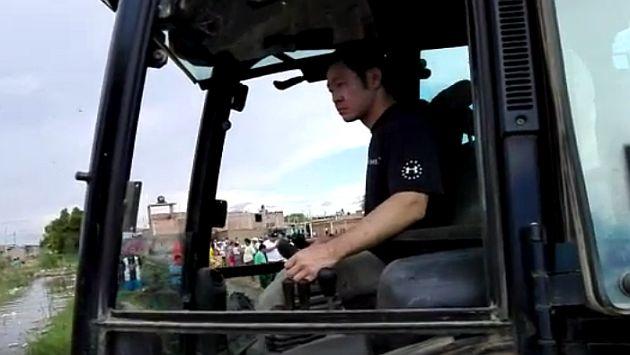 Kenji Fujimori realizó trabajos de limpieza en Lambayeque a bordo de una retroexcavadora. (Captura)