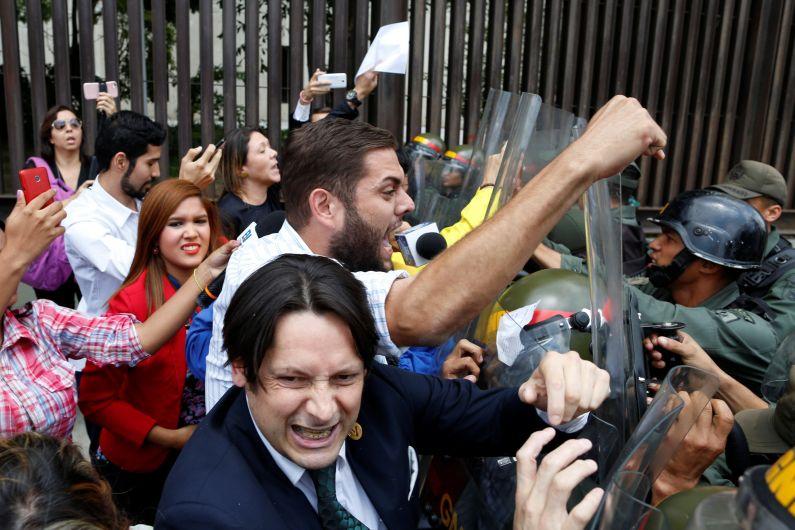 Autogolpe en Venezuela: Mira la protesta frente a la Corte Suprema tras medida de Nicolás Maduro [Fotos]