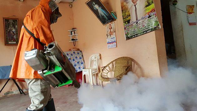 Labores de fumigación son casa por casa. FOTO: Ministerio de Salud.