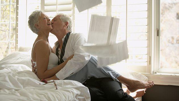 El sexo en la tercera edad Ayuda a la unir a la pareja, explica el especialista. (Getty)