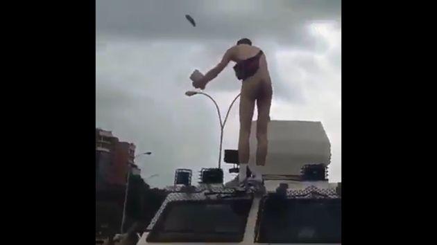 Venezuela: Hombre desnudo protestó contra Nicolás Maduro con Biblia en mano. (YouTube)