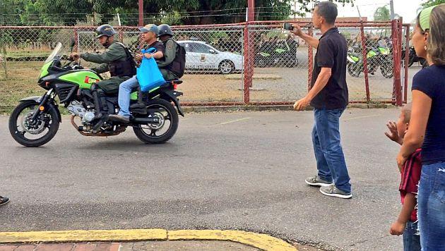 Niño se despide insistentemente de su padre detenido por protestar contra el actual régimen venezolano. (@juanchomaturin)