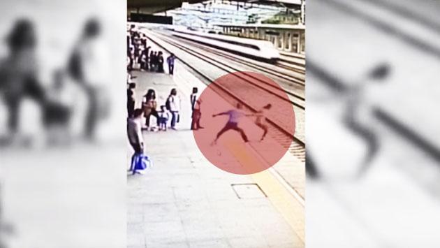 Mujer intentó suicidarse saltando a las vías del tren en China. (Captura / YouTube)