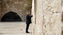 Trump es el primer mandatario en visitar el muro de los lamentos (AFP)