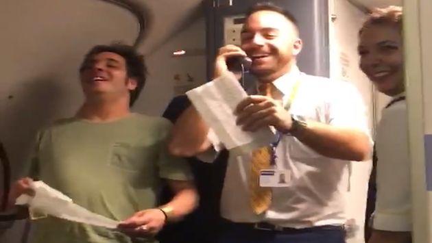 España: Tripulante de cabina promocionó colonias y boletos de lotería en vuelo cantando 'Despacito' (Facebook)