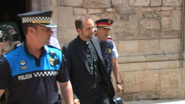 Obispo opinó sobre la homosexualidad y tuvo que ser escoltado por abucheos e insultos. (@Igarrigavaz)