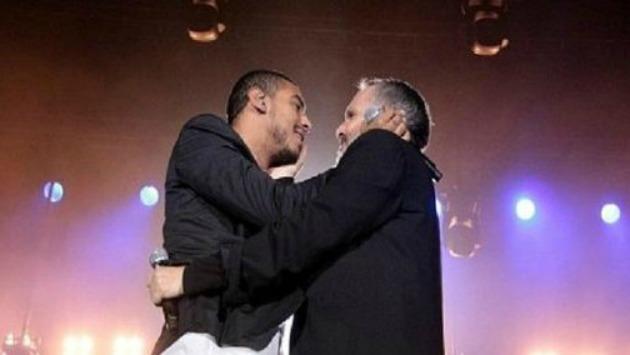 Bosé y Medrano en momentos previos a comentado beso. (Foto: Captura de video)