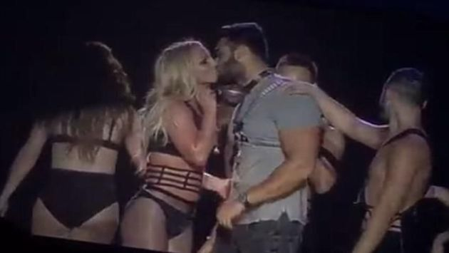 ¡Britney Spears besó a su novio en pleno escenario! (Twitter)