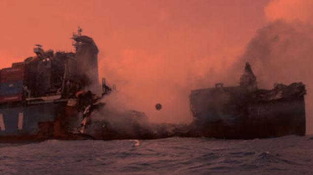 Varios heridos dejó choque entre destructor estadounidense y barco de carga. (Composición)