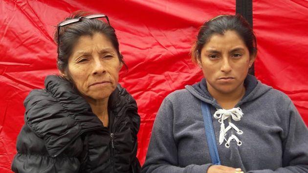 Melisa Huamán y Bertha Villalobos se encuentran frente a la galería siniestrada esperando la peor noticia. (Elisa Reyes)