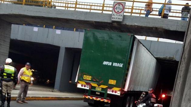Camión quedó atascado en túnel de Plaza Unión y generó gran congestión vehicular. (Jessica Roca)