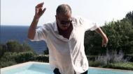 Instagram: Mario Testino se contagia del éxito de 'Despacito' y lo baila así. (Instagram/MarioTestino)