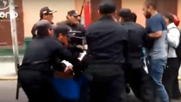Cuando parecía calmarse, serenos y empleados retomaban pelea. (Foto: Ozono TV)