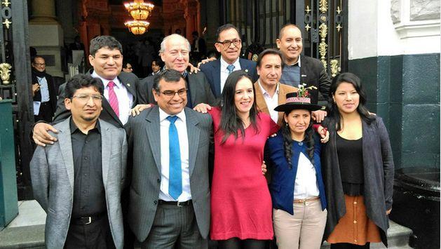 Los congresistas de Nuevo Perú posan sonrientes para la foto de rigor en esta nueva etapa (Twitter de Indira Huilca)