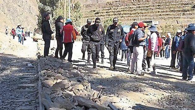 Profesores bloquean vía del tren a Machu Picchu. (Junior del Castillo)