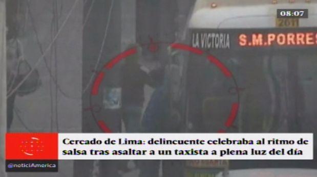 Este delincuente celebra sus asaltos bailando salsa. (Captura de video)