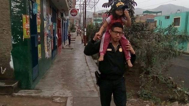 Facebook: Policía cargó a niña descalza y no se detuvo hasta hallar a su madre.