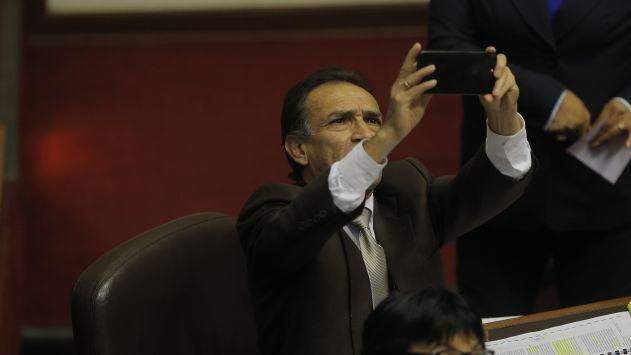 Twitter: Héctor Becerril es criticado por mostrar (sin querer) fotos íntimas en una captura de pantalla. (Perú21)