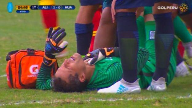 Butrón solicitó su cambio tras el abrupto desenlace del encuentro con Carlos Preciado por la disputa del balón. (Gol Perú)