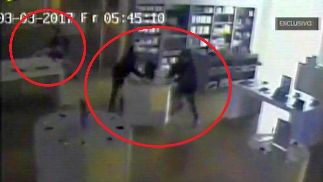 Imágenes muestran cómo tres delincuentes asaltan tienda en 15 segundos. (América TV)