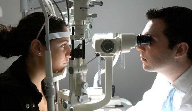 Especialista recomienda realizarse chequeos anuales de la vista desde los 35 años. (USI)