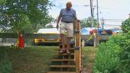 Adi Astl decidió adelantarse al proyecto de la alcaldía y construyó su propia escalera y con muchos menos presupuesto. (CNN)