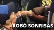 El pequeño pasajero robó sonrisas en las personas al saludar con un puño a los demás tripulantes. (YouTube)