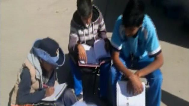 Escolares de secundaria enseñan a los de primaria debido a huelga.