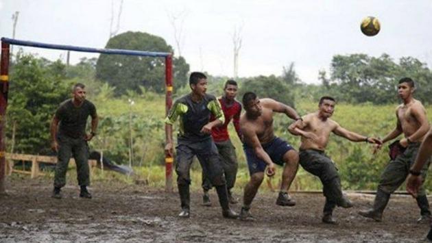 Guerrilleros se divierten jugando fútbol. (Foto: AP)
