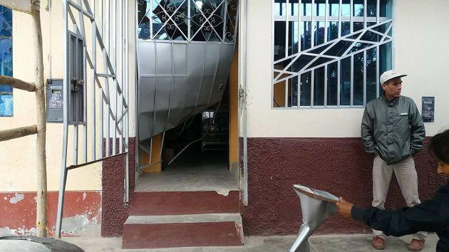Explosión dañó la fachada del negocio en Trujillo. (Alonso Gordillo)